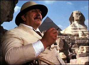 Peter Ustinov interpreta Poirot in Assassinio sul Nilo